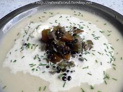 Blumenkohlsuppe mit Belugalinsen und Schnittlauch