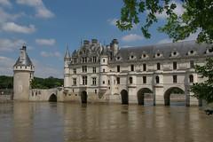 Le chteau de Chenonceau (Indre et Loire). (sybarite48) Tags: bridge france castle rio ro river fiume rivire ponte most pont brug brcke fluss chteau chenonceau kpr lecher rivier nehir    rzeka donjon       puante