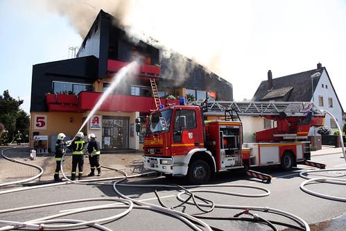 Der Brand wurde vermutlich durch Dachdeckarbeiten ausgelöst.