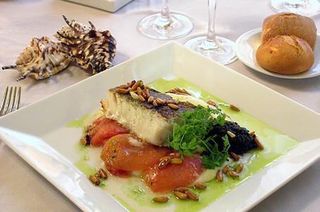 Lomo de rodaballo con puré de brócoli y crema fría de caviar de salmón