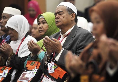 Kelana Jaya 20/10/2009 -- Penuh Khusyuk .. Jemaah Haji Malaysia menadah tangan mengaminkan doa sebelum berangkat ke Tanah Suci untuk ibadah haji pagi ini. Gambar oleh OSMAN ADNAN