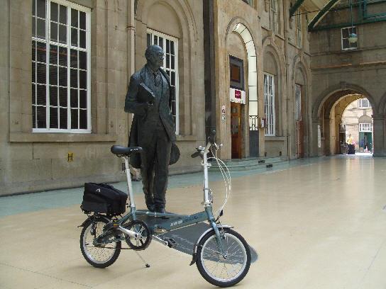 Larkin Statue, Paragon Station, Hull