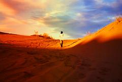 en el azul me sumergo (la gatita feroz) Tags: sunset red sky colors girl hat arcoiris clouds atardecer rainbow mujer rojo sand dress desert boots colores arena gloves cielo elpaso nubes desierto sombrero vestido guantes