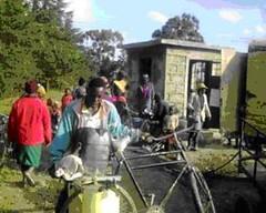 Der hentes vand fra den nye vandkiosk ved den genåbnede vandboring ved Githabai Primary School