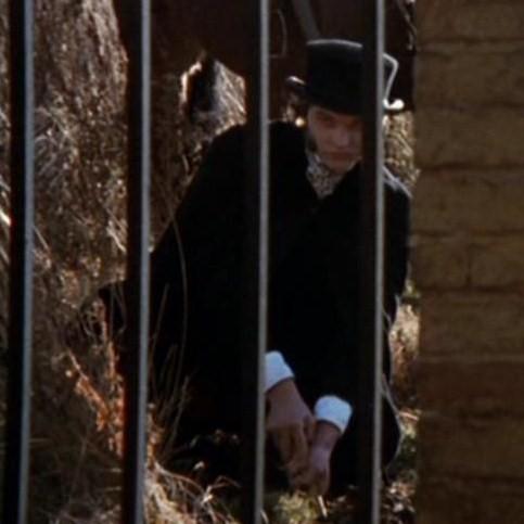 2 enterrando las cenizas de Dracula por ti.