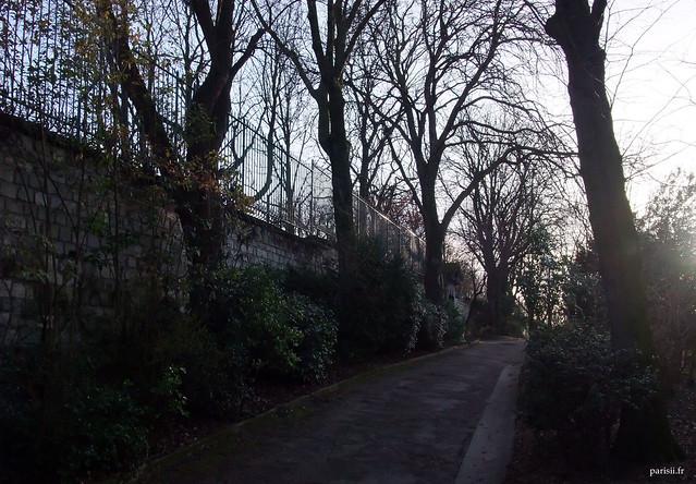 A gauche, on peut voir le mur du cimetière