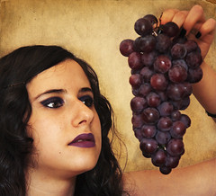 senza titolo (Elia Cherici) Tags: portrait girl uva ritratto grape ragazza canonefs1755f28is canoneos450d homersbeautyofwoman