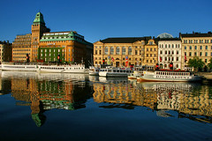 djurgarden (titter85) Tags: blue reflection green water architecture canon buildings catchycolors boat sweden stockholm symmetry 2009 djurgarden woda symetria architektura sztokholm szwecja odbicie statek budynki titter 400d titter85 c1785isusm