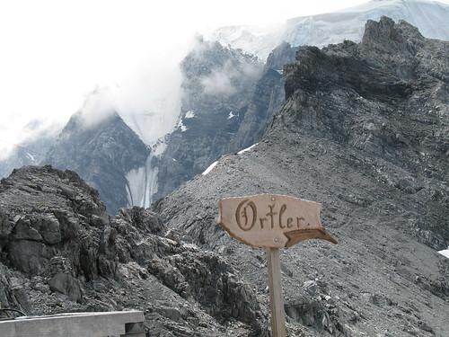 Blick von der Payerhütte auf die wolkenverhangene Ortlerflanke