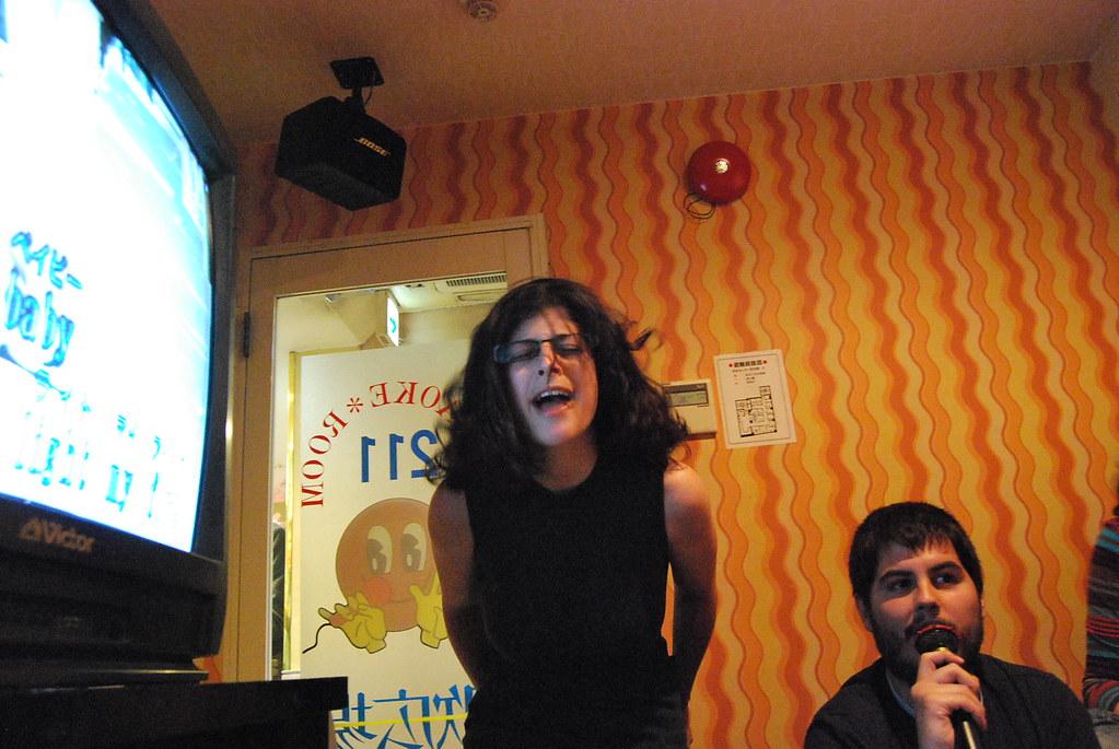 Nerea dejándose la piel en el karaoke de Shibuya