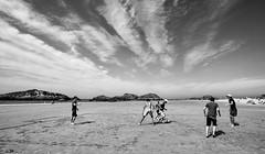 Jugando (Leandro MA) Tags: blancoynegro playa nubes noja sigma1020 40d ltytr1 playaderis leandroma