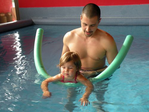 mit Papa beim Schwimmkurs