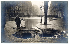 Paris Under the Waters: Watch Out for the Big Black Hole (1910) (postaletrice) Tags: old bw white black paris france blanco seine vintage de geotagged photography la photo flooding noir ledefrance boulevard haussmann y natural flood antique postcard negro bn antigua disaster postal 1910 emergency sewer et francia blanc postale inondation carte pars ancienne sena crue clich tarjeta alcantarilla emergencia cpa inundado desastre gout inundacin rppc crecida inond deltiology cartofilia geo:lon=488743 cartophilie geo:lat=23238