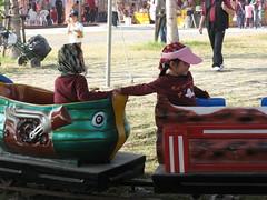 20090130-zoyo搭電動小火車還手牽手