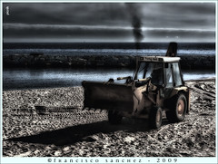 Limpiando la playa (Francisco Snchez) Tags: tractor playa santantonidecalonge brillianteyejewel photoshopcreativo lesamisdupetitprince