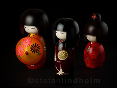 Kokeshi dolls - The power of three (Fi20100) Tags: red orange smile canon eos japanese three wooden doll dolls group 100mm collection 5d kimono setup 100 kokeshi aftertherain softbox lightroom multiflash skyport 10028 100macro 100mmmacro elinchrom speedlite  canoneos5d sekonic canonspeedlite430ex offcameraflash adobelightroom hohoemi canonef100mmf28macrousm kokeshidoll strobist sekonicl358 l358 ameagari lastoliteezybox  elinchromskyport yuzuru elskyport sunsetcrane