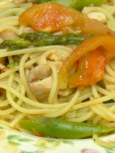鶏胸肉とトマトとアスパラのスパゲティ