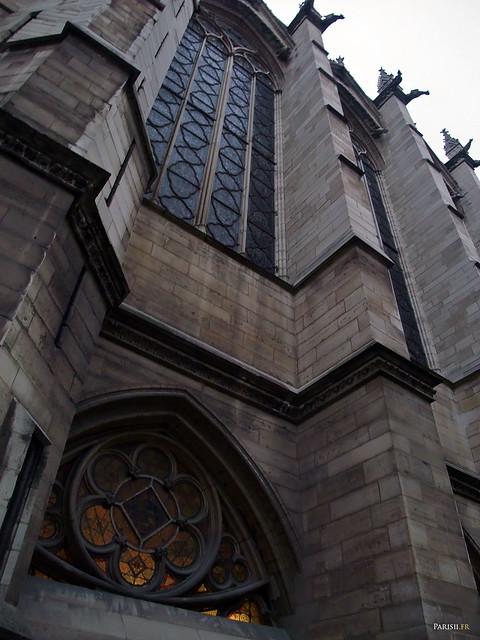 Le vitrail d'en bas correspond à la chapelle basse, celui d'en haut, à la chapelle haute