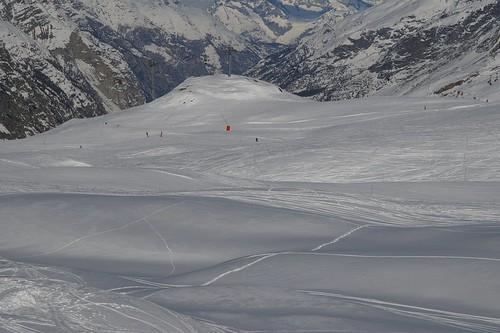 上山的途中 很多人在滑雪了