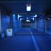 非日常的な青色トンネル