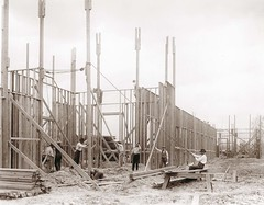 Workers building Palace for the 1904 World's Fair (Missouri History Museum) Tags: building workers construction fair palace constructionsite 1904 worldsfair truss earlytwentiethcentury buildingmaterial hoisting louisianapurchaseexposition georgestark palaceofeducation mhm:id=n37021 may1902