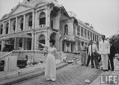 7-1962 Mrs. Dinh Nhu Ngo surveying ruins of Palace bombed by Vietnamese insurrectionists 2 par VIETNAM History in Pictures (1962-1963)