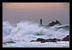 Le Four depuis Pospoder (monmimoun) Tags: ocean sea mer lighthouse brittany bretagne vague phare lefour pospoder mikaelmilin