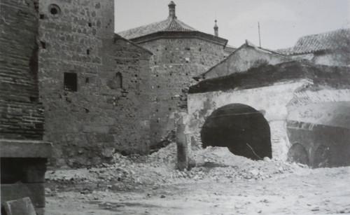 Demolición de los antigios depósitos de agua de la Plaza de San Román (toledo) en 1979. Fotografía de Villasante.
