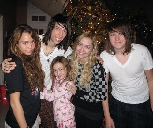 Miley cyrus with siblings by Life is a climb <3.