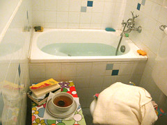 vasca, tè, libri e biancheria calda