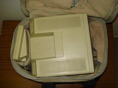 Bolso lleno. Observe el compartimiento para el teclado a la izquierda, y  los cables a la derecha del Macintosh. En la tapa un pequeño compartimento era para el mouse.