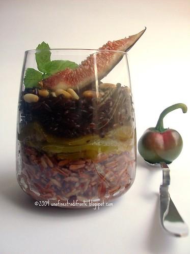 Insalata di riso rosso e nero ai peperoni, fichi e pinoli