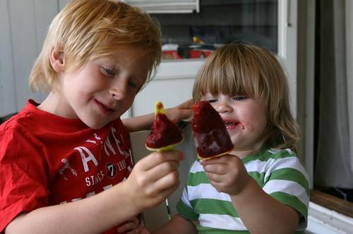 Vilgot och Molly glassar