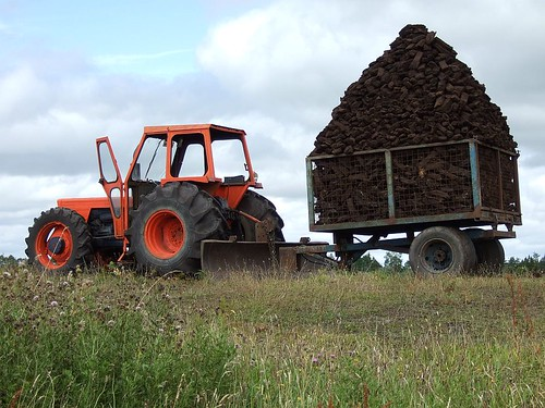 Old Same Saturno 80 tractor towing a pyramid of turf