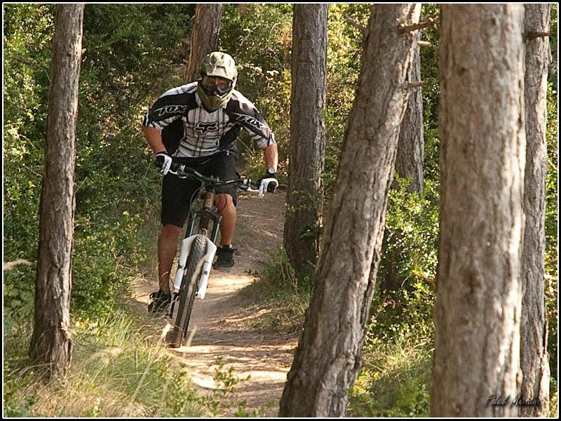 Sergio pedaleando en el bosque