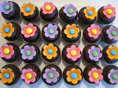Daisy Cupcakes for School Friends - Charlottes 6th Birthday (KiwiGirlSteph) Tags: birthday flowers daisies cupcakes bright chocolate fondant