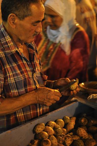 Pelando higos chumbos en Tunez