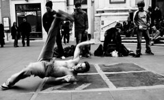 Break Dance: movimento - moving (Stefano Mazzoni) Tags: street bw italy white black rome roma art moving dance nikon strada artist italia break arte dancing danza january bn movimento breakdance bianco nero gennaio artista d300 ballare artistidistrada stefanomazzoni nikond300 ofstreet streetsartist stefano485
