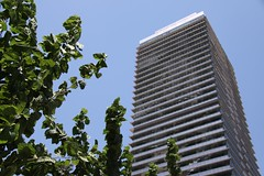 En la ciudad (Juan Carlos!) Tags: barcelona city summer urban españa building sol europa europe edificio ciudad viajes cielo verano urbano 2009 cieloazul espaa