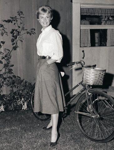 A namoradinha da América, Doris Day, ao lado de sua elegante bicicleta