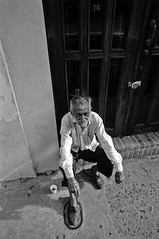 RETRATO AL SUFRIDO (Samy Collazo) Tags: barcelona madrid china street blackandwhite bw italy españa white man black france blancoynegro film blanco portugal japan photography hongkong calle italia puertorico lisboa trix negro streetphotography australia 123 pb bn d76 explore sanjuan linux vista kodaktrix pelicula fotografia 1914 francia soe breathtaking hombre visualart 1952 ibo superdorks supershot iniesta kodakd76 widesreen bej abigfave fotografiadecalle flickr365 superbmasterpiece wowiekazowie diamondclassphotographer flickrdiamond fridaydesign samycollazo