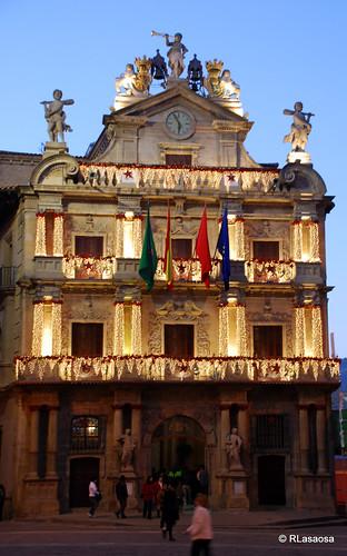 Fachada del Ayuntamiento de Pamplona al atardecer