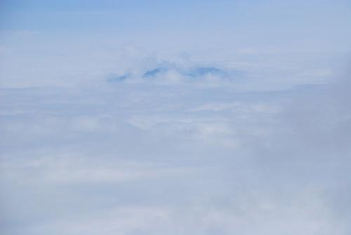遠くにも雲から顔を出した高い山が…