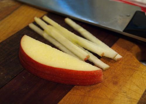 slicing apples into batonettes