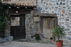 Nuevo & Viejo (Oly_ [Sin tiempo]) Tags: door puerta nikon porta porte rioja piedra puertas d60 cdp zaldierna