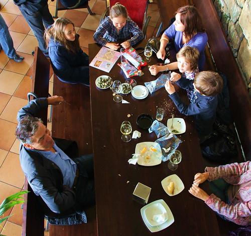 Familia degustando microgastronomía