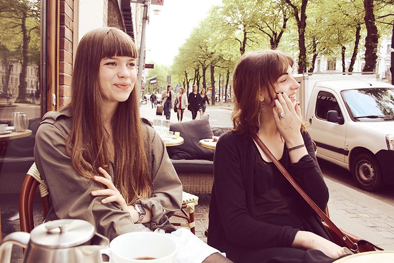 Vackra kvinnor på franskt café