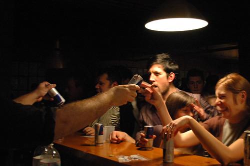 Il n'y a plus d'alcool au bar, mais les gens sont heureux