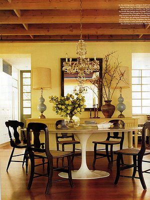 Modern traditional mix: White Saarinen table + dark wood chairs + blue lamps