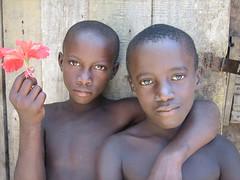 Friends, Surinam (sensaos) Tags: boy portrait flower netherlands dutch america children kid maroon south kinderen guyana amerika portret marron nederlands tongo zuid surinam bloem suriname jongens marrons maroons marowijne guiana sranan